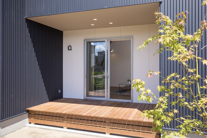 あめみや工務店【デザイン住宅、省エネ、インテリア】ウッドデッキは、リビングの延長としても使用でき、袖壁よりも内側にすることでプライベートな空間へと区切ることができる