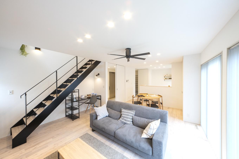 あめみや工務店【1000万円台】20畳のLDKは設計や収納の工夫で広々。無垢材の床が心地いい