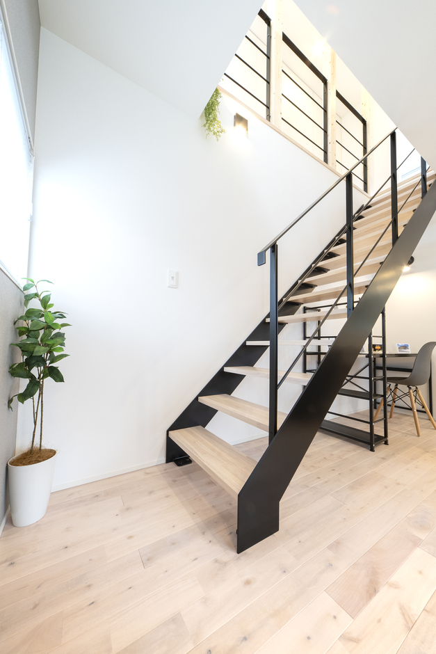 あめみや工務店【1000万円台】鉄骨階段とアイアンの手すりが、吹き抜けのような開放感を演出