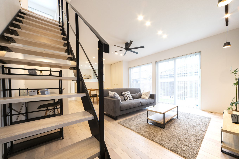 あめみや工務店【1000万円台】リビング階段はスペースを有効に活用でき、帰ってきた子供とのコミュニケーションも取りやすい