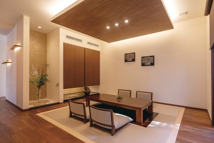 橋本組 ~つむぐ家~【藤枝市高洲1-5-29・モデルハウス】掘りごたつ式の和室は、床に座る姿勢に合わせて天井高を少し下げてある。金色に輝く上質クロスが床の間のアクセント