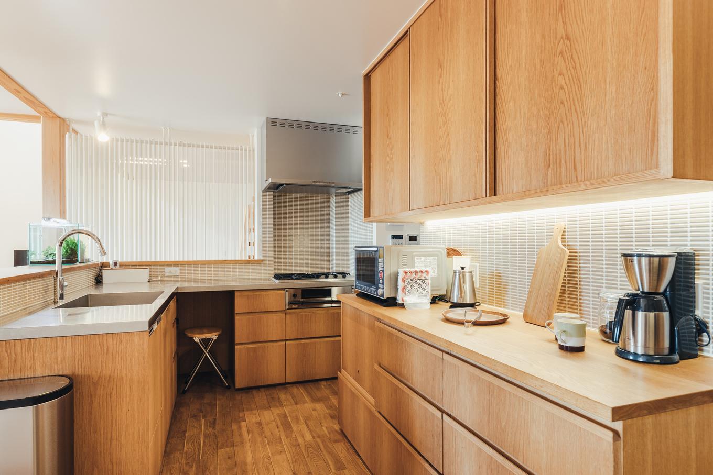 深澤工務所【子育て、間取り、建築家】キッチンも使い勝手を考えて造作。木とタイルで優しい雰囲気に仕上げた