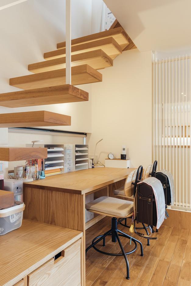 深澤工務所【子育て、間取り、建築家】階段下スペースには子どものデスクを配置。いつでも気配を感じていられる