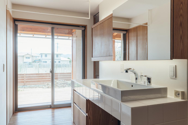 深澤工務所【子育て、間取り、建築家】ダイニングの壁の奥にはオープンで明るい洗面が。家事はここでひとまとめ!