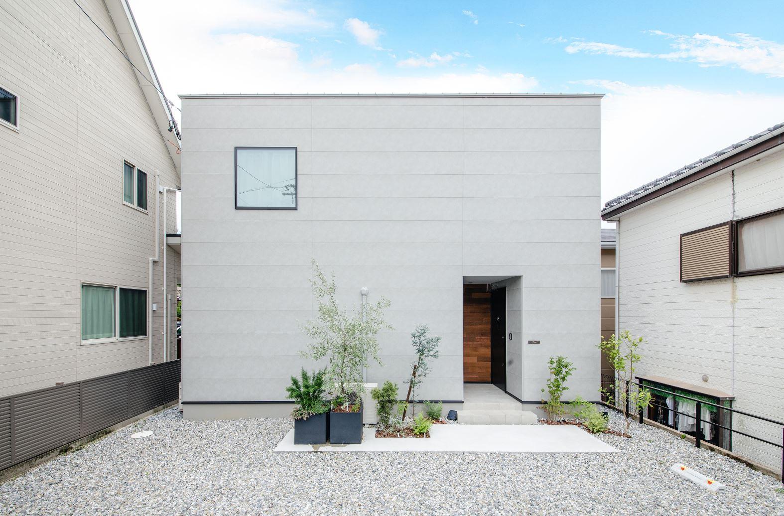S.CONNECT(エスコネクト)【デザイン住宅、間取り、建築家】道路に面している外壁に窓は一つだけ。プライバシーを守りながら、中庭を通じて室内には光が届く