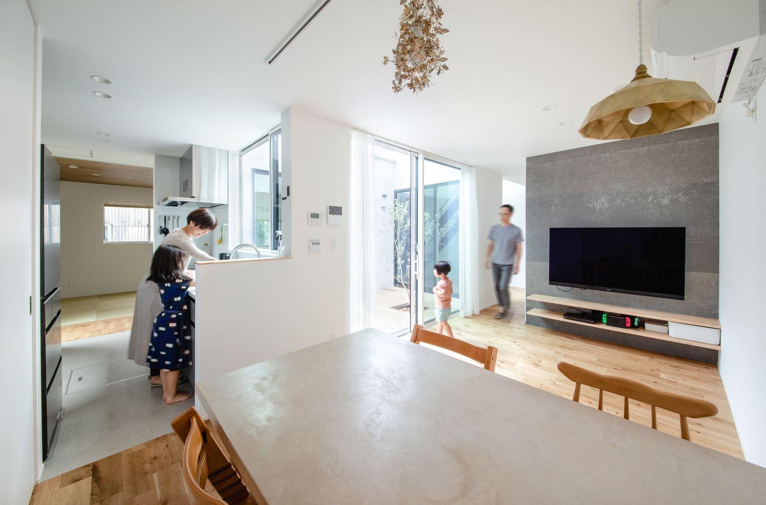 S.CONNECT(エスコネクト)【デザイン住宅、間取り、建築家】キッチンを中心にダイニングと和室を左右に分けて設けたことで、子どもが和室にいる時も、料理しながらその様子を見守れて安心