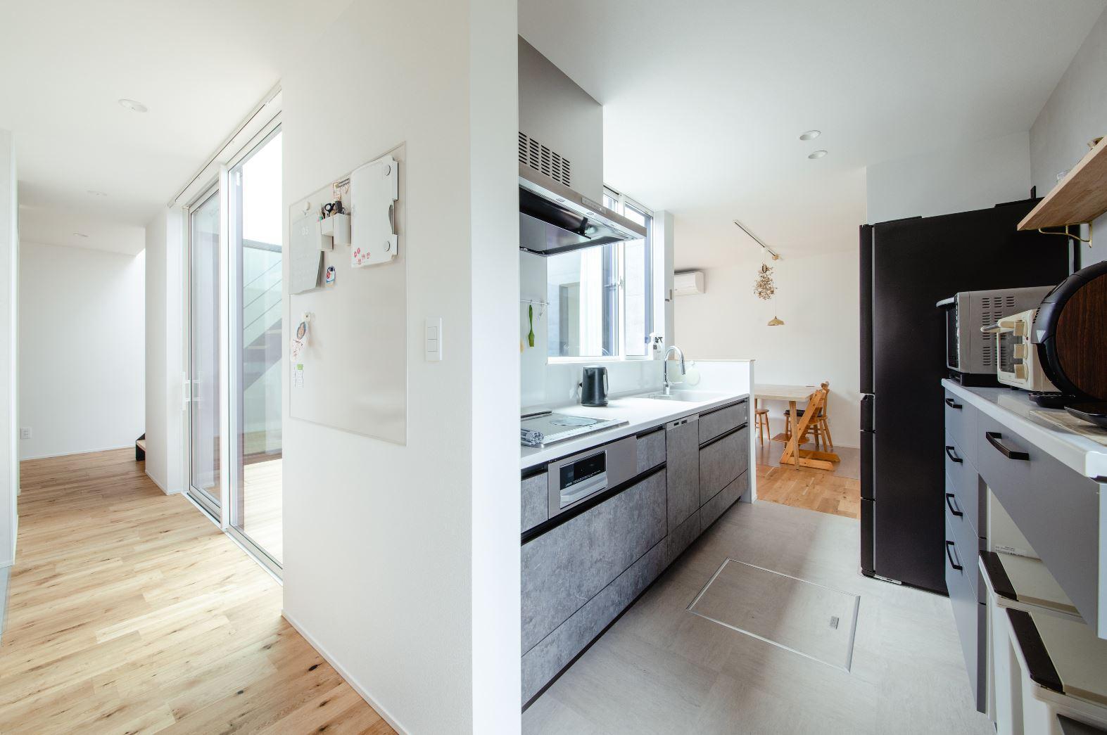 S.CONNECT(エスコネクト)【デザイン住宅、間取り、建築家】娘たちと料理するのが夢だったというMさんのためにキッチンのスペースを広く確保。収納もたくさんあるので食材などをストックしておける