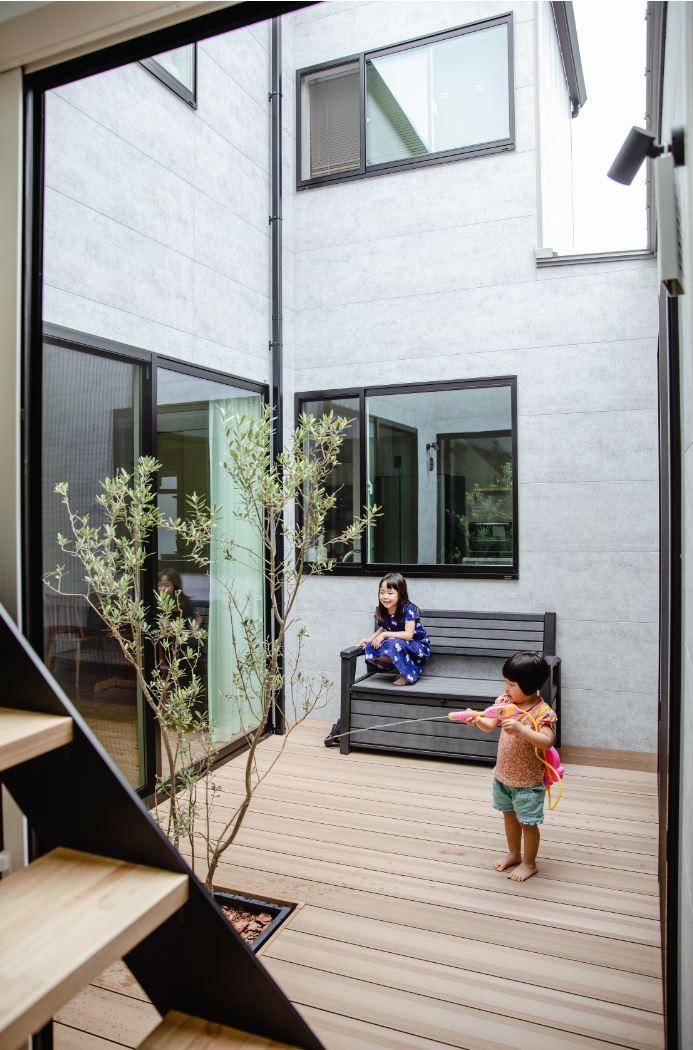 S.CONNECT(エスコネクト)【デザイン住宅、間取り、建築家】中庭は家族の大のお気に入り!住宅街にあって、プライベートな庭空間を確保できた