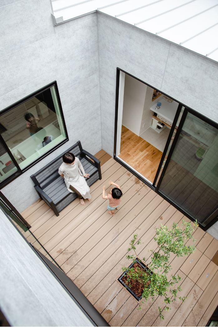 S.CONNECT(エスコネクト)【デザイン住宅、間取り、建築家】最近はレジャーシートを敷いておままごとをするのが子どもたちのブーム。みんなでバーベキューを楽しむことも