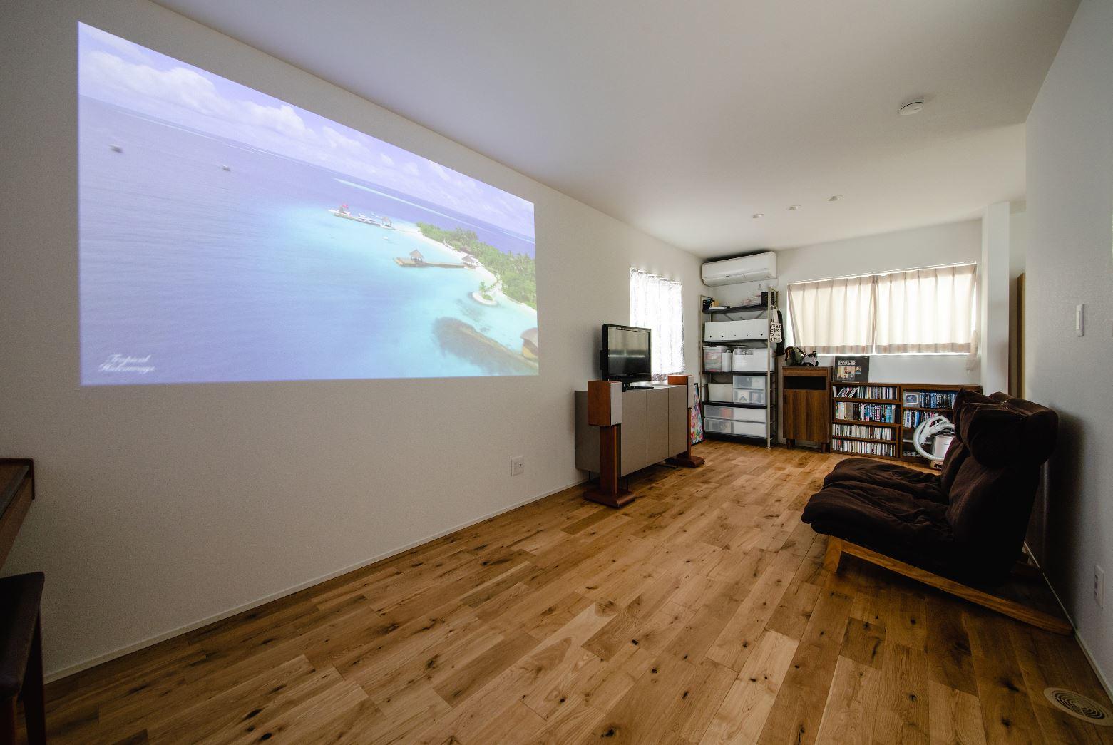 S.CONNECT(エスコネクト)【デザイン住宅、間取り、建築家】2階には子ども部屋の他に多目的ホールを設け、フレキシブルに利用できる。プロジェクターを設置したので、休日にはのんびり映画鑑賞も