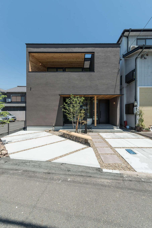 R+house静岡葵・静岡駿河(住宅工房コイズミ)【静岡市葵区若松町126-12・モデルハウス】外観は塗り壁と無垢材のコラボで。交通の便がいい住宅街に建つモデルハウスは、建坪31坪で駐車スペースは2台分。日常をリアルにイメージできるサイズ