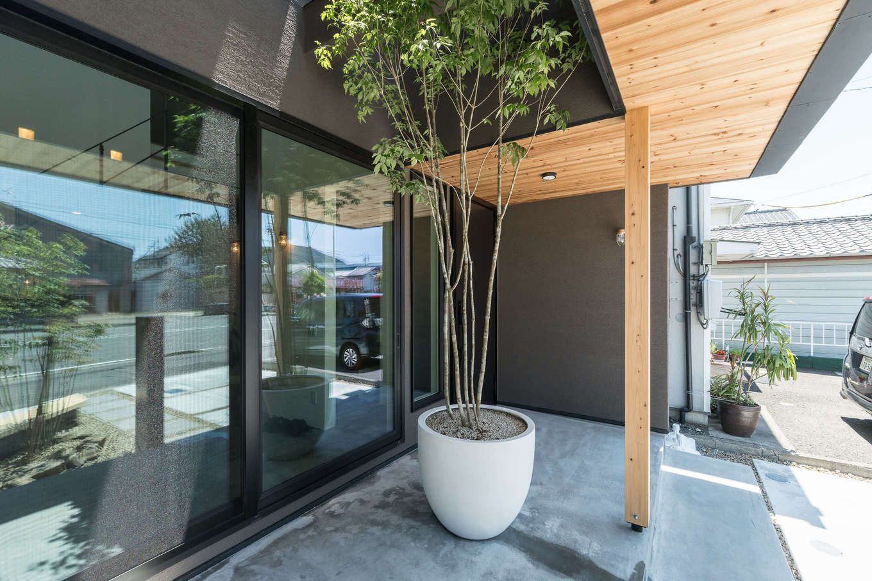 R+house静岡葵・静岡駿河(住宅工房コイズミ)【静岡市葵区若松町126-12・モデルハウス】玄関脇は2階まで吹き抜けのテラス。大きな窓を開ければ土間との一体感がさらに増す