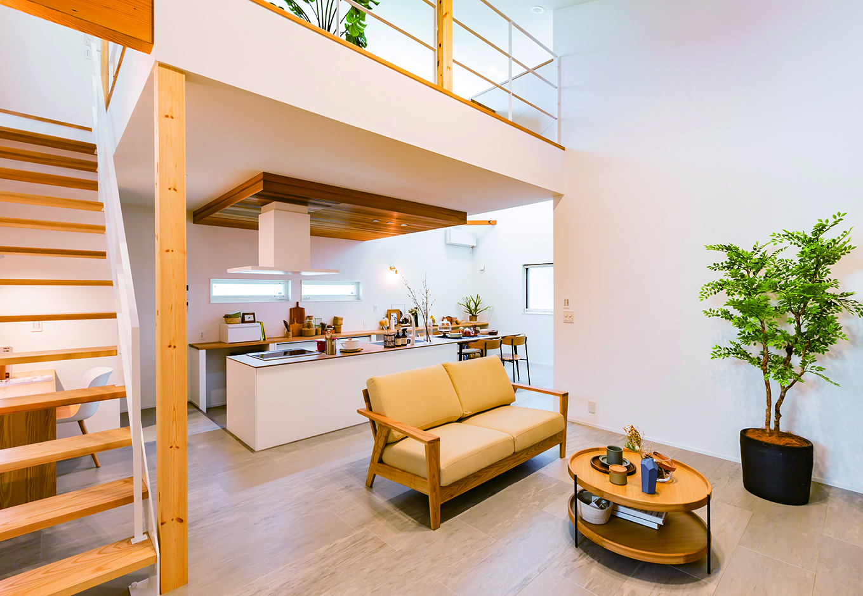 ARRCH アーチ【浜松市中区富塚町2961-11・モデルハウス】大きな吹き抜けのある22畳のLDK。「空庭」から光が落ちて、季節や時間の流れが心地よく感じられる。リビングとダイニングは少し距離を離してある。家族の気配を感じながら、それぞれの時間を気ままに過ごせる曖昧なゾーニングが秀逸