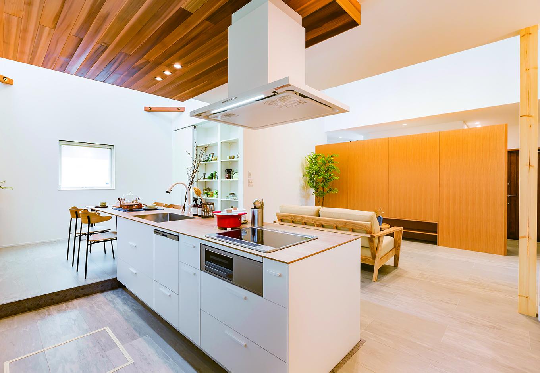 ARRCH アーチ【浜松市中区富塚町2961-11・モデルハウス】リビングダイニングを見渡せるアイランドキッチンは、まるで家の「司令塔」のようなスペース。リビング正面の壁の裏側はクローゼットコーナーになっていて、プライベートスペースと仕切る役割を果たしている