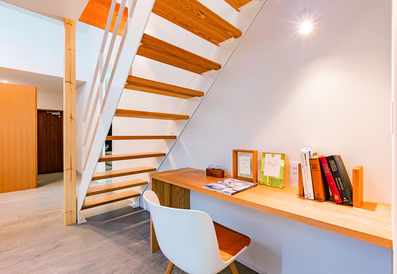 ARRCH アーチ【浜松市中区富塚町2961-11・モデルハウス】階段下にはスタディコーナーを設け、デッドスペースを有効利用。リモートワークや子どもの勉強スペースなど、フレキシブルに活躍しそう