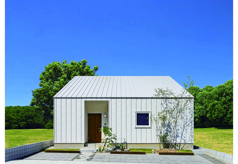 ARRCH アーチ【浜松市中区富塚町2961-11・モデルハウス】屋根と外壁を白いガルバリウム鋼板で統一したシンプルな外観。一見、平屋に見えるが、実は2階建て。舘山寺街道沿いにあるため、道路側には極力窓を設けずプライバシーを確保