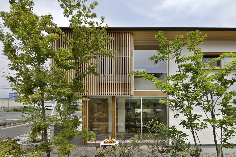 KESHIKI YAMANASHI【デザイン住宅、高級住宅、間取り】都会的な爽やかなテラス。家のダイニング・リビングと高さを揃え、アウトドアリビングとしても活用できる