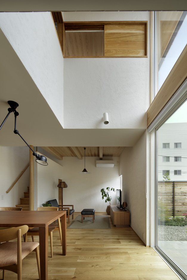 KESHIKI YAMANASHI【デザイン住宅、高級住宅、間取り】吹き抜けと壁一面に大きくとった窓は、開放感と自然な明るさが感じられる