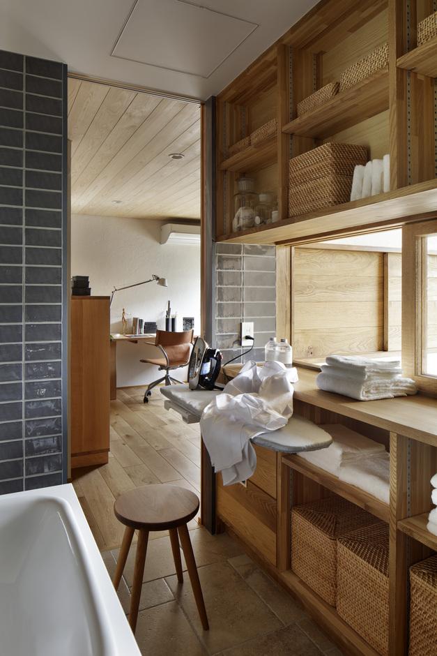 KESHIKI YAMANASHI【デザイン住宅、高級住宅、間取り】ランドリーには家事がはかどる作業スペースも