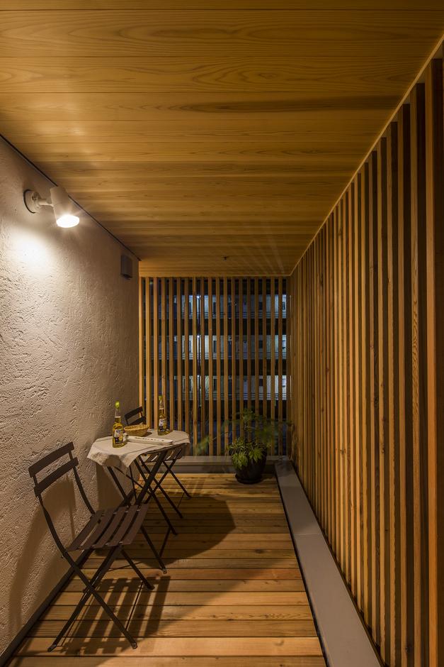 KESHIKI YAMANASHI【デザイン住宅、高級住宅、間取り】バス&ランドリー横には、ルーバーで目隠しされたベランダが。外からの視線を気にすることなく、洗濯物を干したり、風呂上がりの夕涼みも楽しめる