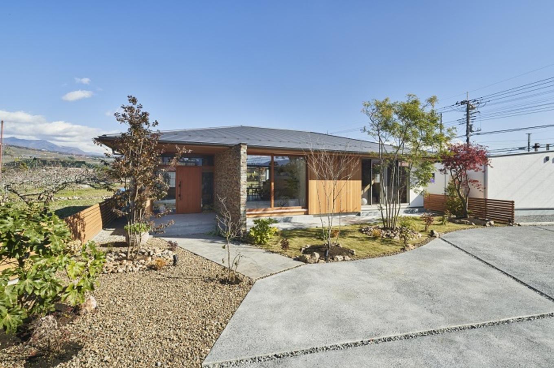 KESHIKI YAMANASHI【デザイン住宅、夫婦で暮らす、平屋】周りを囲む自然にうまくとけこむ、外構までスタイリッシュな平屋
