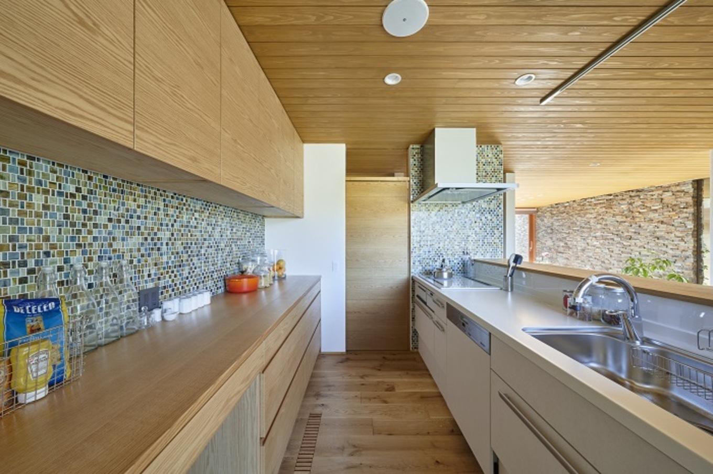 KESHIKI YAMANASHI【デザイン住宅、夫婦で暮らす、平屋】ブルーを基調としたタイルが爽やかなキッチンは収納力も抜群