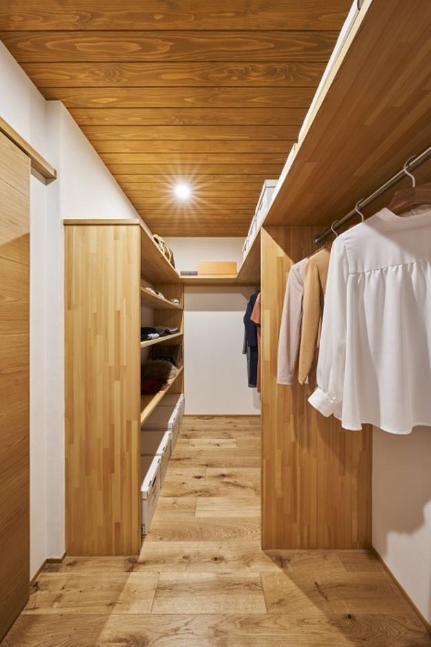 KESHIKI YAMANASHI【デザイン住宅、夫婦で暮らす、平屋】木のあたたかみが感じられる明るいウォークインクローゼット