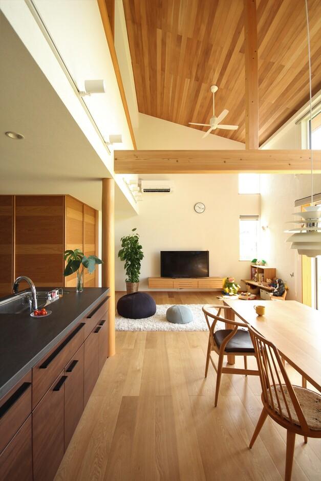 KESHIKI YAMANASHI【収納力、間取り、ガレージ】LDKごと吹き抜けになった開放的なリビングダイニング。床は無垢材、壁は漆喰が標準仕様の空間は心地よさに包まれる