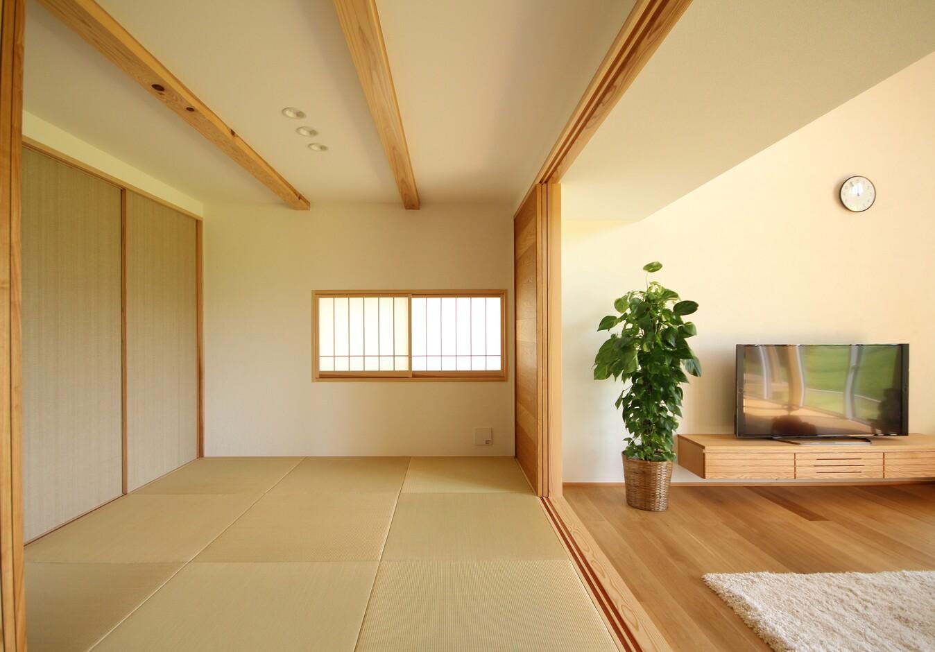 KESHIKI YAMANASHI【収納力、間取り、ガレージ】生活空間は1階に集約。リビングの隣には、天井の高さをおさえた落ち着きのある和室が