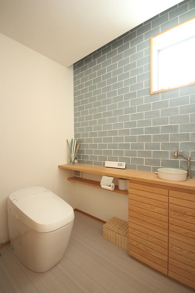 KESHIKI YAMANASHI【収納力、間取り、ガレージ】水色×白×木でまとまったトイレは、すっきりとしていて爽やか