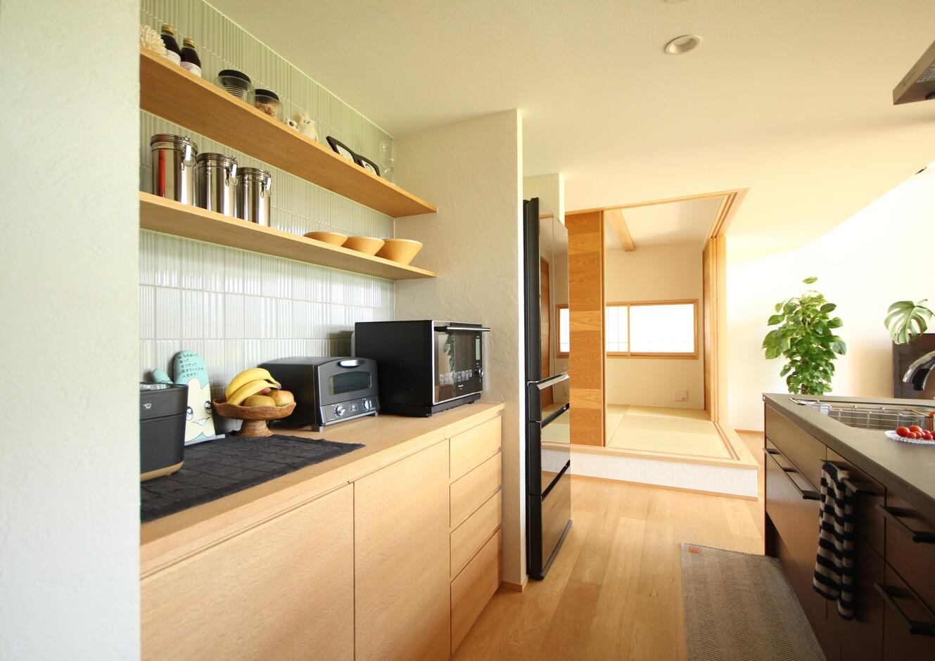 KESHIKI YAMANASHI【収納力、間取り、ガレージ】広々としたキッチン。キャビネットと棚を造作し、収納力も抜群