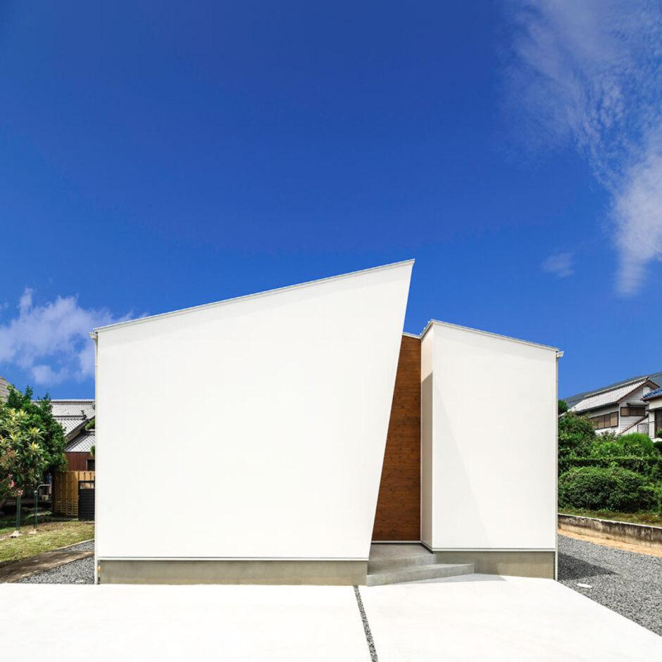 Um House(マル祐戸田建築)【SIMPLE NOTE(シンプルノート)】切妻屋根を斬新にデザインした外観。窓のないシンプルな外観とは対照的に、すべての部屋には中庭から光が入るようになっている