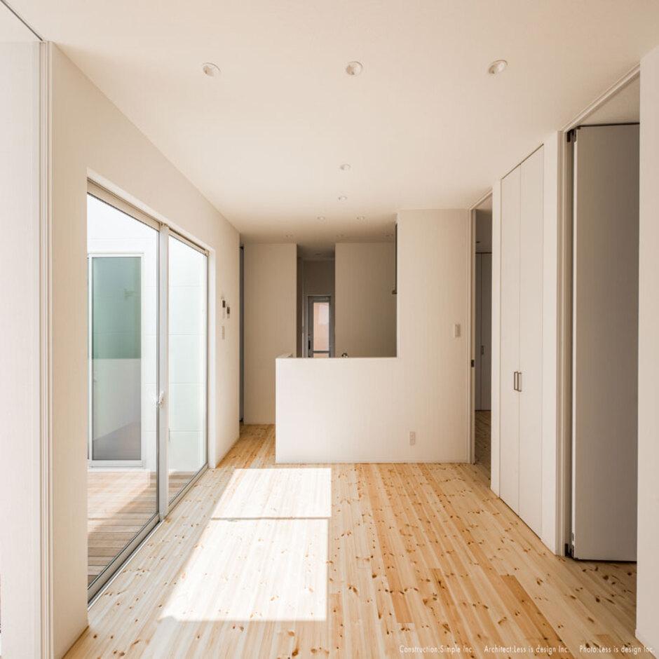 Um House(マル祐戸田建築)【SIMPLE NOTE(シンプルノート)】無垢の床が広がるLDKはウッドデッキとフラットに繋がる。無駄のない合理的な間取りは「シンプルノート」の特徴のひとつ