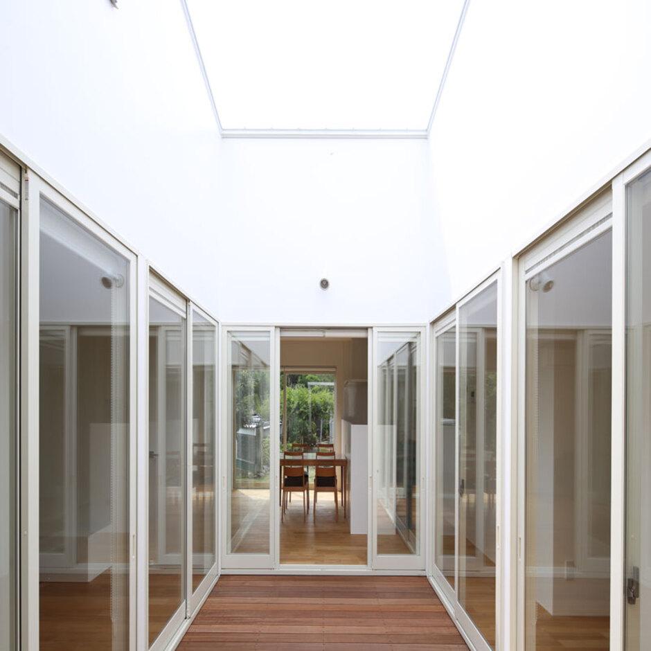 Um House(マル祐戸田建築)【SIMPLE NOTE(シンプルノート)】中庭を囲むように窓を大きく設けたことで、室内全体に明るさをもたらしている。プライバシーを確保できるだけでなく、防犯上も安心
