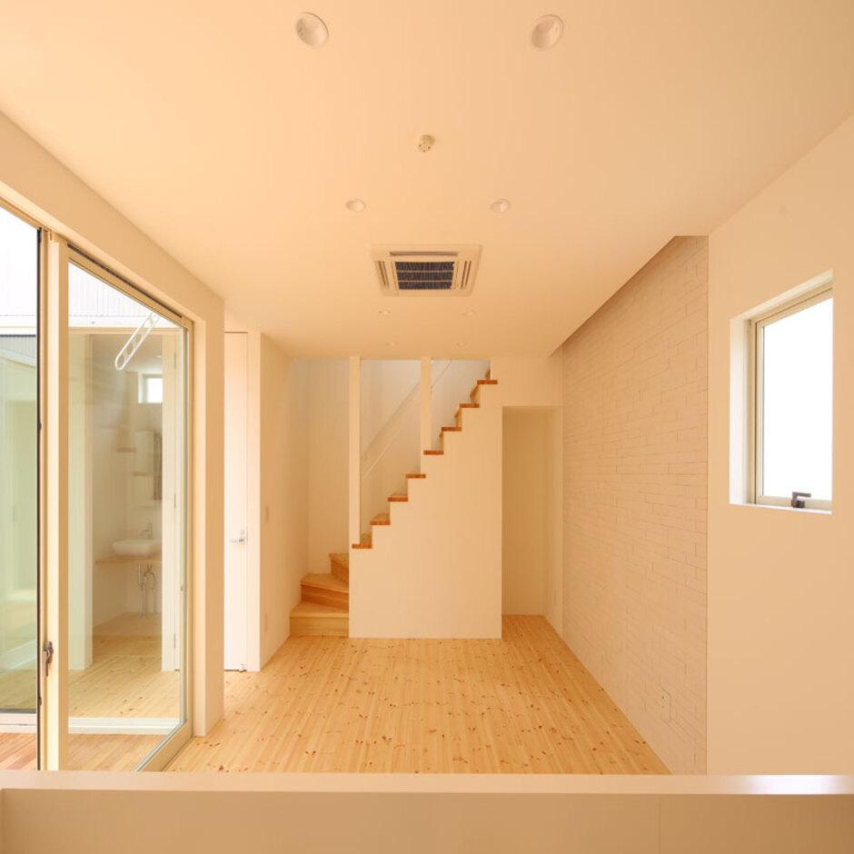 Um House(マル祐戸田建築)【SIMPLE NOTE(シンプルノート)】「シンプルノート」の家は、日の光を家全体から取り入れる設計。吹き抜けや計算された反射光によって、心地よい光が家全体を包み込む
