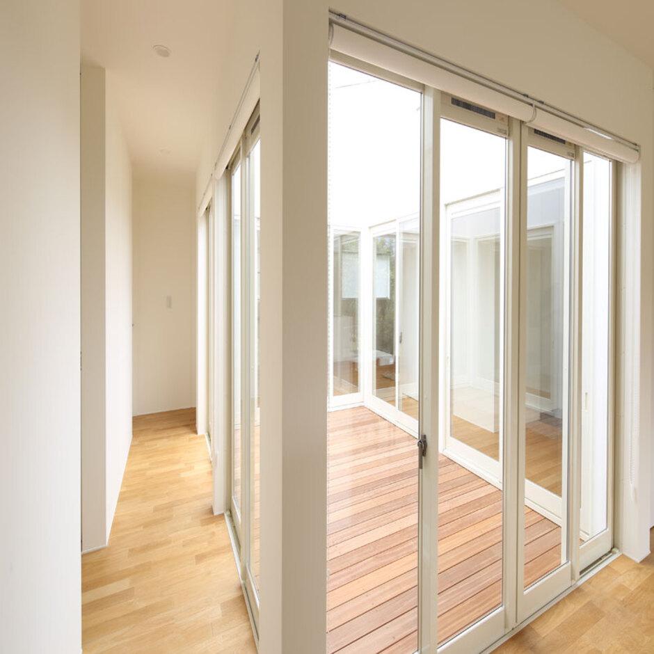 Um House(マル祐戸田建築)【SIMPLE NOTE(シンプルノート)】中庭を中心に家全体を回遊できる動線を確保したことで、日常生活や家事の移動が便利に。シンプルな空間は、動線もシンプルで効率が良い