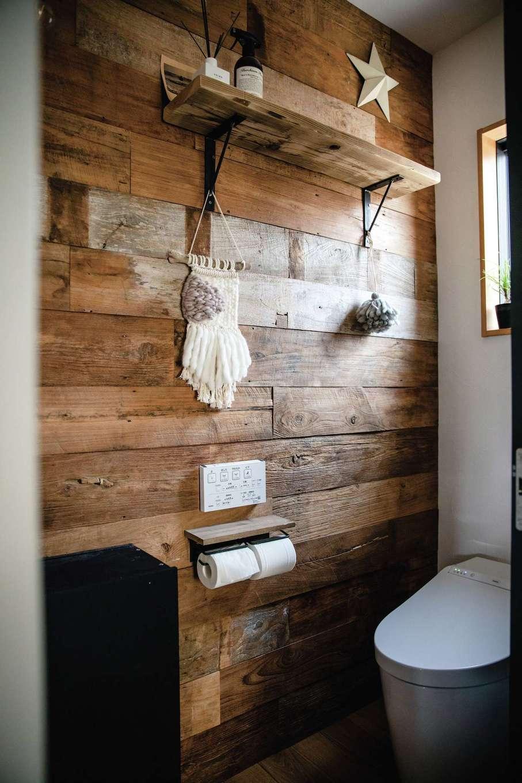 CLASSICA HOME/クラシカホーム【デザイン住宅、子育て、自然素材】トイレの壁に古材を貼って、自分たちで棚を造作した