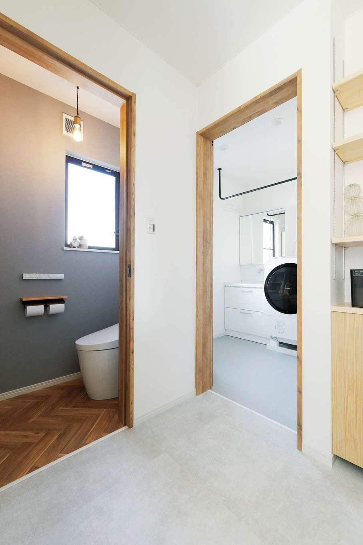 ホームプラザ大東 かつて収納だった場所に浴室と洗面脱衣室が新設された。トイレも一新。単に設備を新しくしただけでなく、奥さまの要望と全体の雰囲気にマッチするようにコーディネートされている