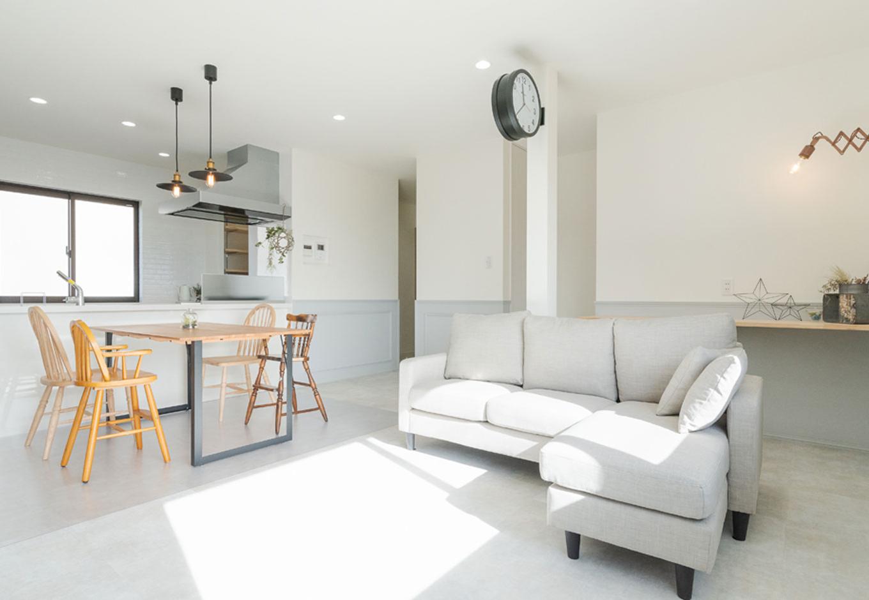 ホームプラザ大東 内装は同社の施工例を参考に。白、グレー、黒でまとめつつ、フレンチシックな腰壁や奥さまセレクトの照明などのインテリアによって、どこを切り取っても絵になる空間に仕上がった。奥には宿題用のカウンターが備えられている