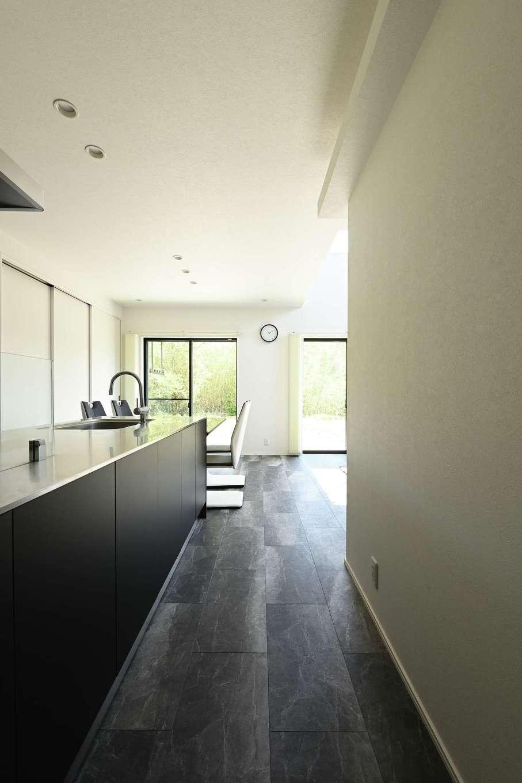 内田建設【デザイン住宅、間取り、スキップフロア】玄関ホールからの眺め。お客さまは、そのまま真っ直ぐにリビングダイニングへ