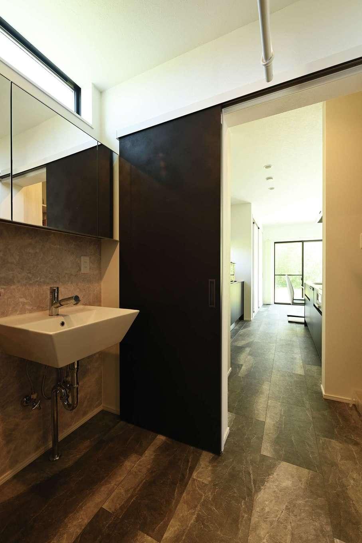 内田建設【デザイン住宅、間取り、スキップフロア】玄関からは、洗面脱衣室を抜けてLDKへ行くルートも。回遊動線のある間取りで暮らしやすい
