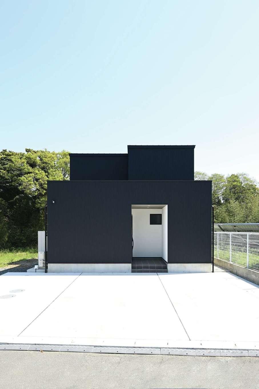 内田建設【デザイン住宅、間取り、スキップフロア】表側に窓がひとつもないK邸。自然光がたっぷり入る室内とのギャップも魅力のひとつ