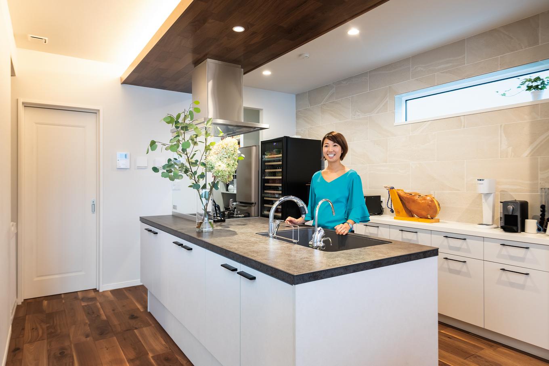 ウィザースホーム【1000万円台、デザイン住宅、子育て】使い勝手のよいアイランドキッチン。石の質感がシックな雰囲気を演出