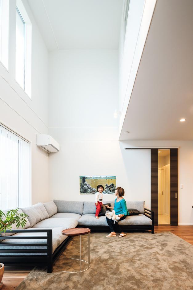 ウィザースホーム【1000万円台、デザイン住宅、子育て】吹き抜けを設けたリビングは、大きな高窓も印象的