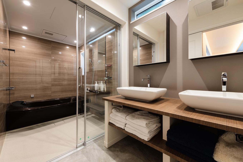 ウィザースホーム【1000万円台、デザイン住宅、子育て】ツーボウルの洗面カウンターとガラス張りの浴室というリクエストを叶えたサニタリー空間。洗面化粧台もオーダーメイドでこだわりを具現化