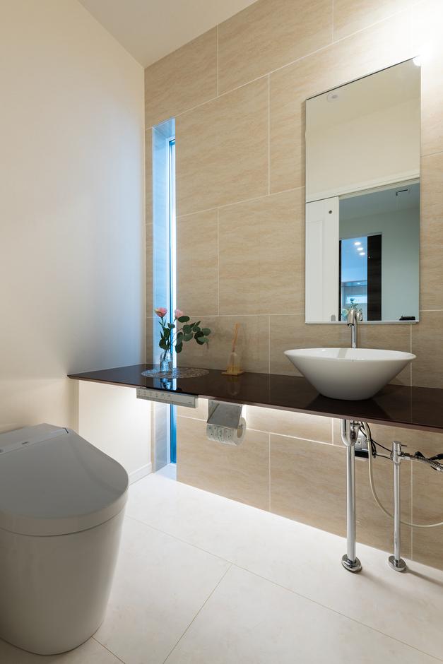 ウィザースホーム【1000万円台、デザイン住宅、子育て】ゆとりの広さを確保したパウダールーム。アクセントタイルや特注カウンター、間接照明でスタイリッシュに仕上げている