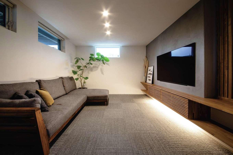 ainoa.life くらはし建築【デザイン住宅、間取り、インテリア】リビングはダイニングから分離し、緩やかな繋がりがそれぞれの空間に落ち着きをもたらした。カーペット敷きの床がラグジュアリー感をもたらし、ホテルのようにゆったりくつろげる