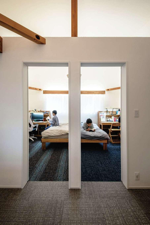 ainoa.life くらはし建築【デザイン住宅、間取り、インテリア】2階に設けた隣り合わせの子ども部屋。壁で仕切ってあるが、上部はオープンになっている。カーペットはそれぞれ自分の好きな柄をセレクトした