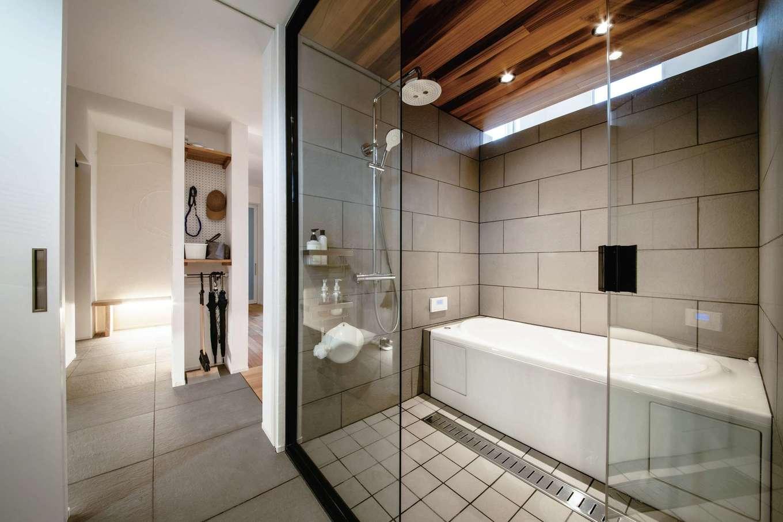 ainoa.life くらはし建築【デザイン住宅、間取り、インテリア】玄関は室内とフラットに繋がり、バスルームに直接行けるようになっている。ガラス張りのバスルームは開放感たっぷりで、贅沢かつスタイリッシュな空間
