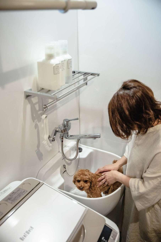 ainoa.life くらはし建築【デザイン住宅、間取り、インテリア】ランドリーには洗濯機の横に小さな洗い場を設け、靴などを手洗いできるようにした。愛犬のシャンプーにも活躍!